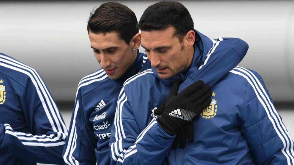 Ángel Di María junto a Lionel Scaloni durante un entrenamiento en...