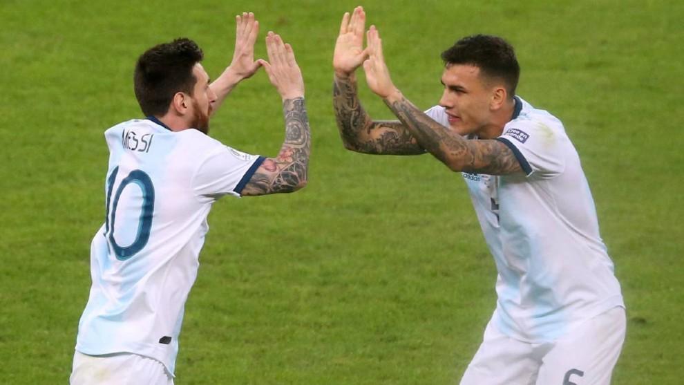 Leo Messi y Leandro Paredes festejan un gol durante la Copa América...