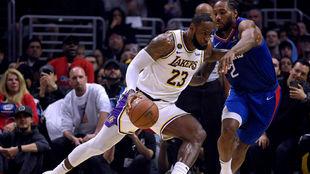 LeBron James y Kawhi Leonard, frente a frente en un duelo de esta...