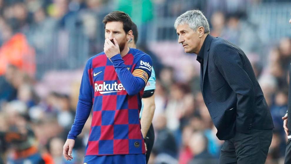 Leo Messi y Quique Setién conversan durante un partido del Barcelona.