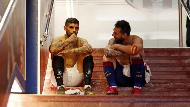 Éver Banega y Leo Messi tras un partido en el Camp Nou.