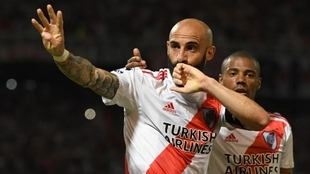 Javier Pinola celebra un gol junto a Nicolás De La Cruz.