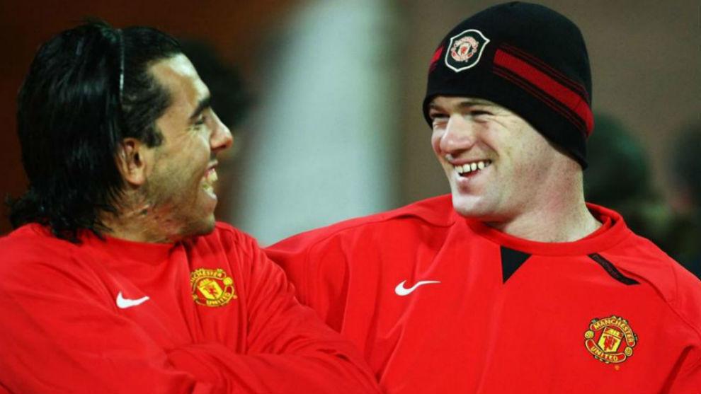 Tevez bromea con Rooney durante la previa de un partido del Manchester...