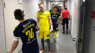 Los jóvenes jugadores del Rostov, en el túnel de vestuarios