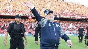 Maradona saluda a la afición durante un partido de la Liga Argentina