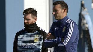 Lionel Messi junto a Scaloni durante un entrenamiento.