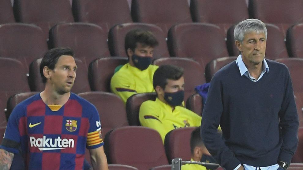 Messi y Setién, en un partido del Barcelona en el Camp Nou.