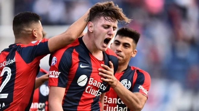Adolfo Gaich festeja un gol en San Lorenzo.