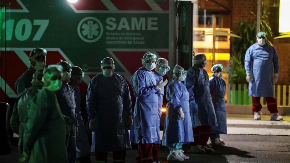 Enfermeros y camilleros del SAME.