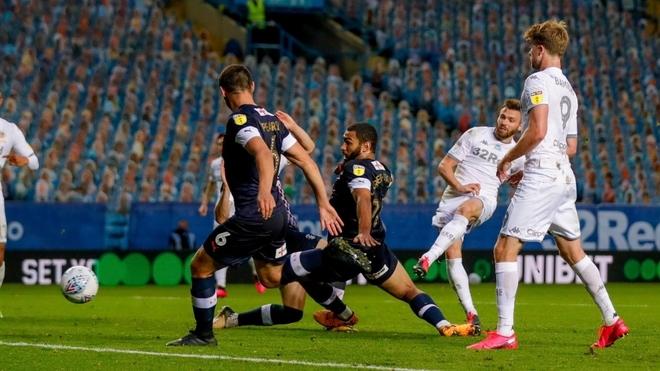 Stuart Dallas convierte el gol para Leeds United
