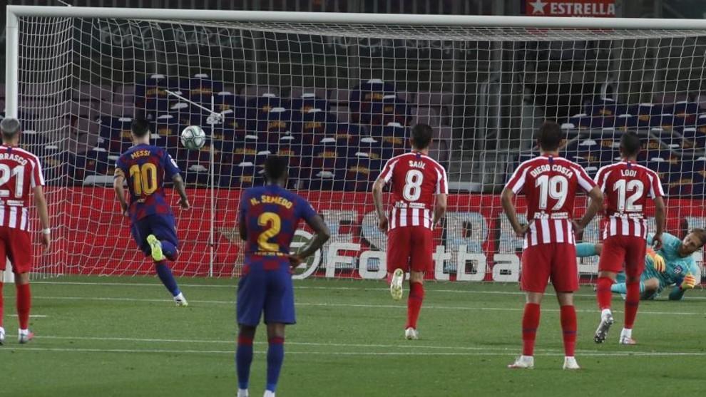 Leo Messi marca el penal de Panenka.
