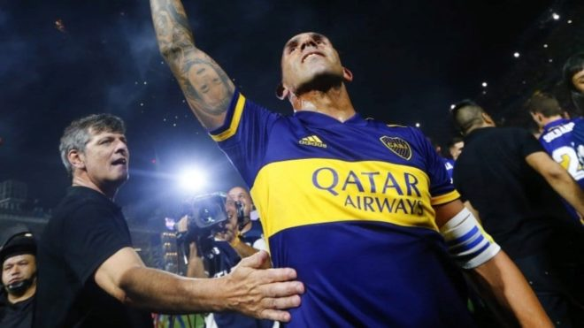 Mario Pergolini intenta saludar a Carlos Tevez en los festejos de Boca...