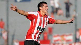 José Sosa festeja un gol en Estudiantes