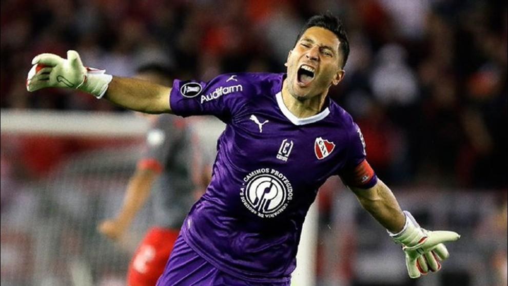 Martín Campaña, arquero de Independiente, durante un partido celebra...