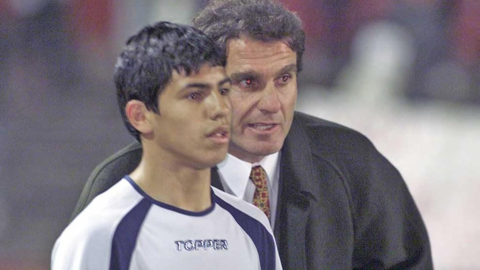 Sergio Agüero recibe indicaciones de Oscar Ruggeri, por entonces...