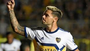 Mauro Zárate festeja un gol durante un amistoso con Boca.