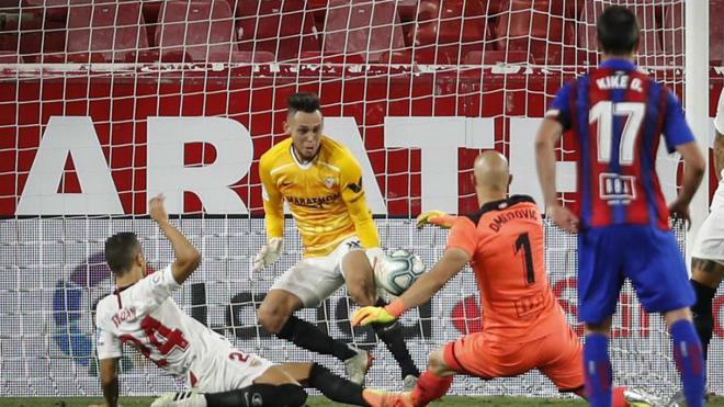 Ocampos evita el gol de Dmitrovic con el tiempo ya cumplido.