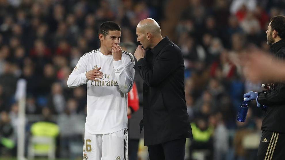 James, hablando con Zidane en un partido del Real Madrid.