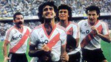 Beto Alonso festeja un gol