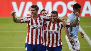 Ángel Correa y Morata se abrazan en el gol del Atlético contra el...