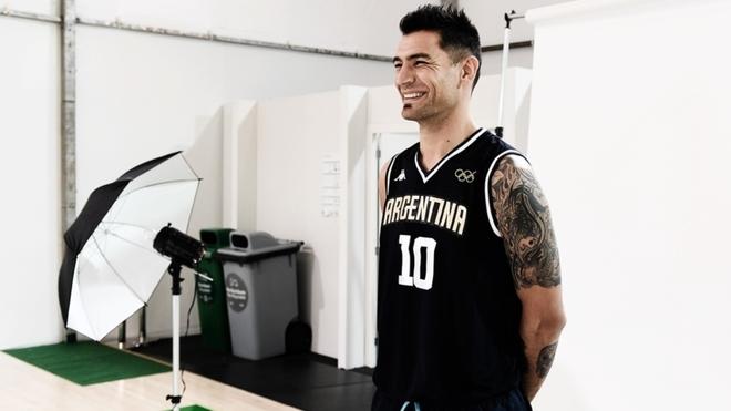 Carlos Delfino posa con la camiseta de la Selección Argentina