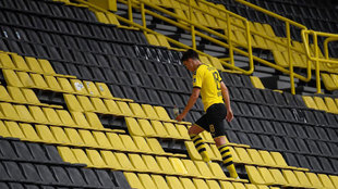Leo Balerdi sube las escaleras del Signal Iduna Park