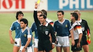 Diego Maradona es amonestado ante Alemania