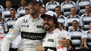 Jenson Button abraza a Fernando Alonso en su época en Mercedes.