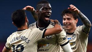 Pogba y Fernandes se abrazan tras un gol al Aston Villa.