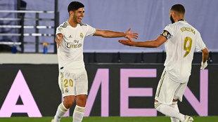 Asensio y Benzema celebran uno de los goles ante el Alavés
