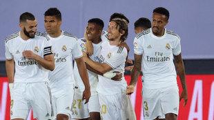 Los jugadores del Real Madrid celebran ante el Alavés