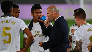 Zidane da órdenes a sus jugadores ante el Alavés