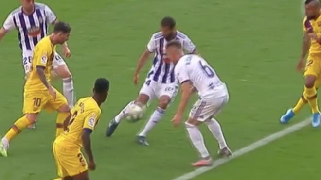 Leo Messi y su pase a Vidal.