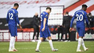 Los jugadores del Chelsea se van cabizbajos tras perder ante el...