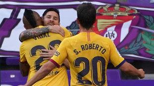 Messi abraza a Vidal, autor del gol del triunfo ante el Valladolid