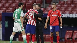 Simeone celebra con Carrasco el triunfo ante el Betis