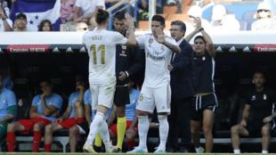 James sustituye y saluda a James tras un cambio de Zidane.