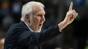 regg Popovich da instrucciones a los suyos en un partido de los Spurs.