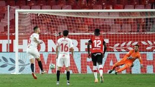 Ocampos marca de penal el primer tanto del Sevilla ante el Mallorca.