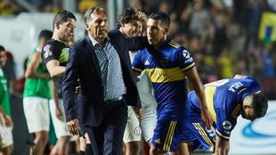 Carlos Tevez y Miguel Russo, director técnico, se saludan.
