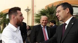 Leo Messi y Bartomeu se saludan en un acto del Barcelona.