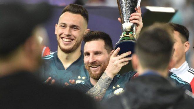Lucas Ocampos y Lionel Messi
