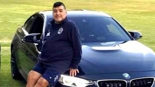Diego Armando Maradona y su nuevo auto.