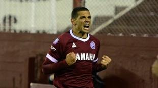 Pepe Sand festeja un gol en Lanús