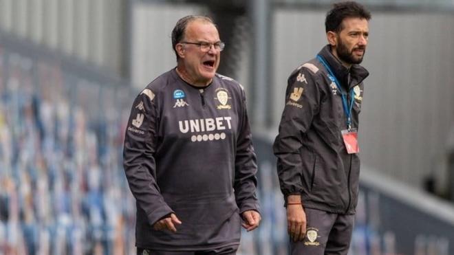 Marcelo Bielsa da indicaciones en un partido del Leeds.