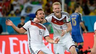 Götze y Schurrle celebran el fatídico gol que dejó a Argentina sin...