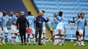 Pep Guardiola, con sus jugadores, en un partido del Manchester City.