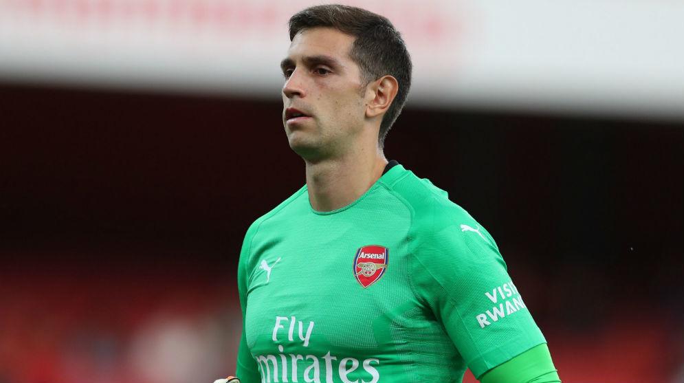 Emiliano Martínez durante un partido con el Arsenal.