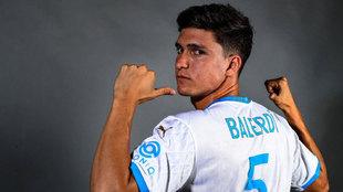 Leo Balerdi posa con la camiseta del Olympique de Marsella