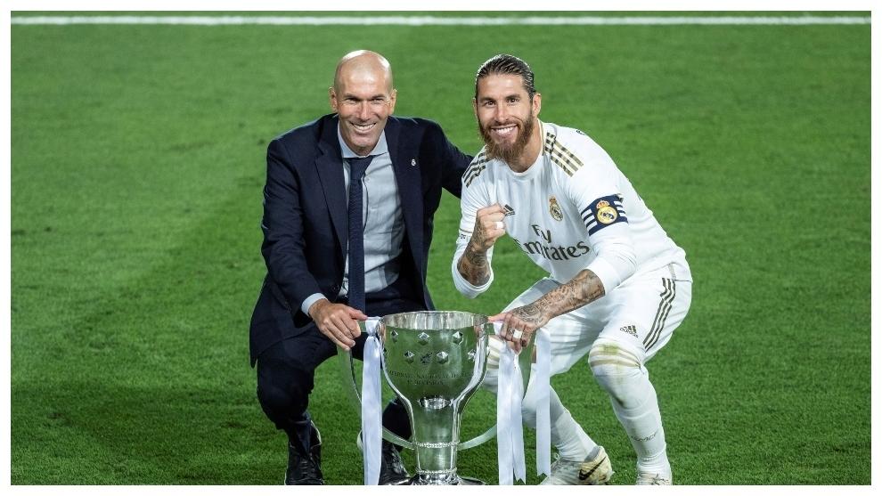 Zinedine Zidane posa junto a Sergio Ramos con el título de Liga...